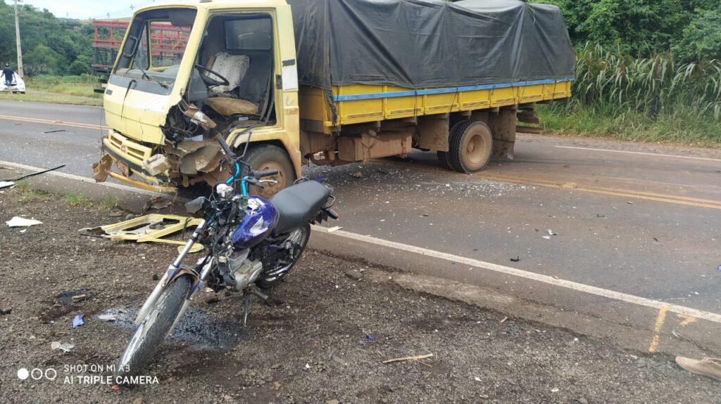 Jovem morre após batida frontal entre moto e caminhão em Enéas Marques