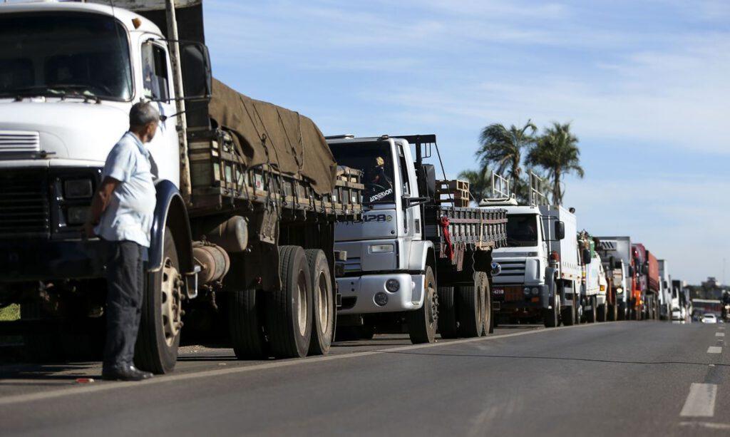 Governo Bolsonaro estuda bolsa caminhoneiro contra alta do óleo diesel