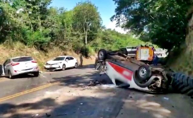 Colisão envolve cinco veículos e deixa duas pessoas feridas na PR-182